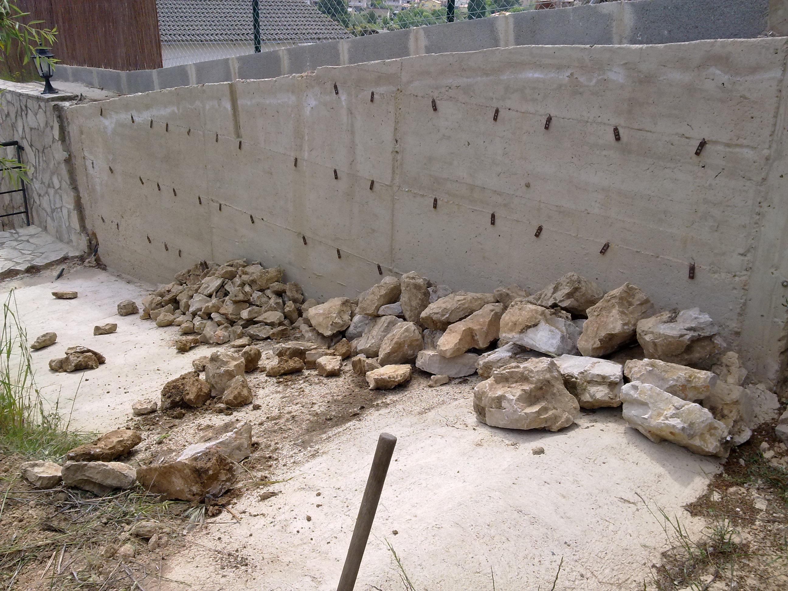 Construcción de muro de rocalla